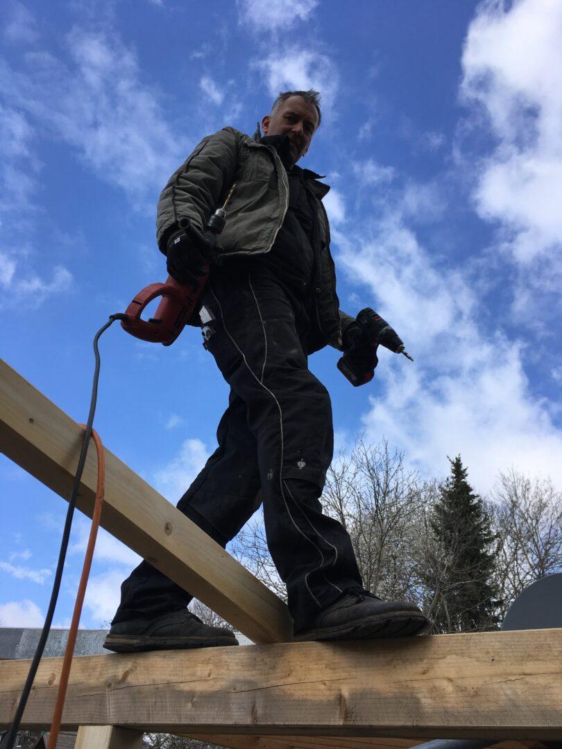 Ein Mann auf dem neuen Fahrradport Dach