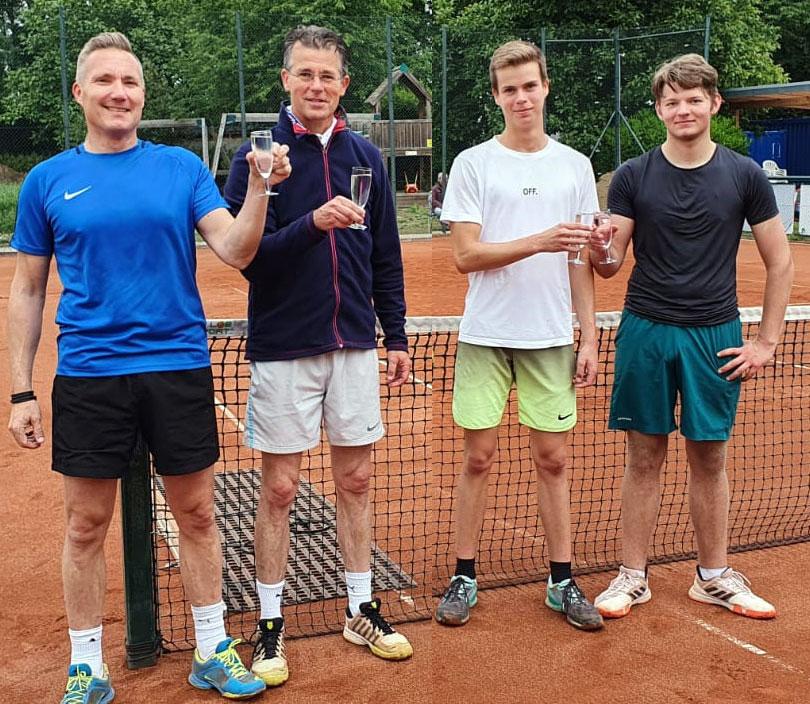 4 Männer auf einem Tennisplatz