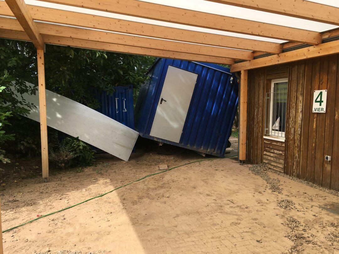 Der Materialcontainer wurde weggeschwemmt.