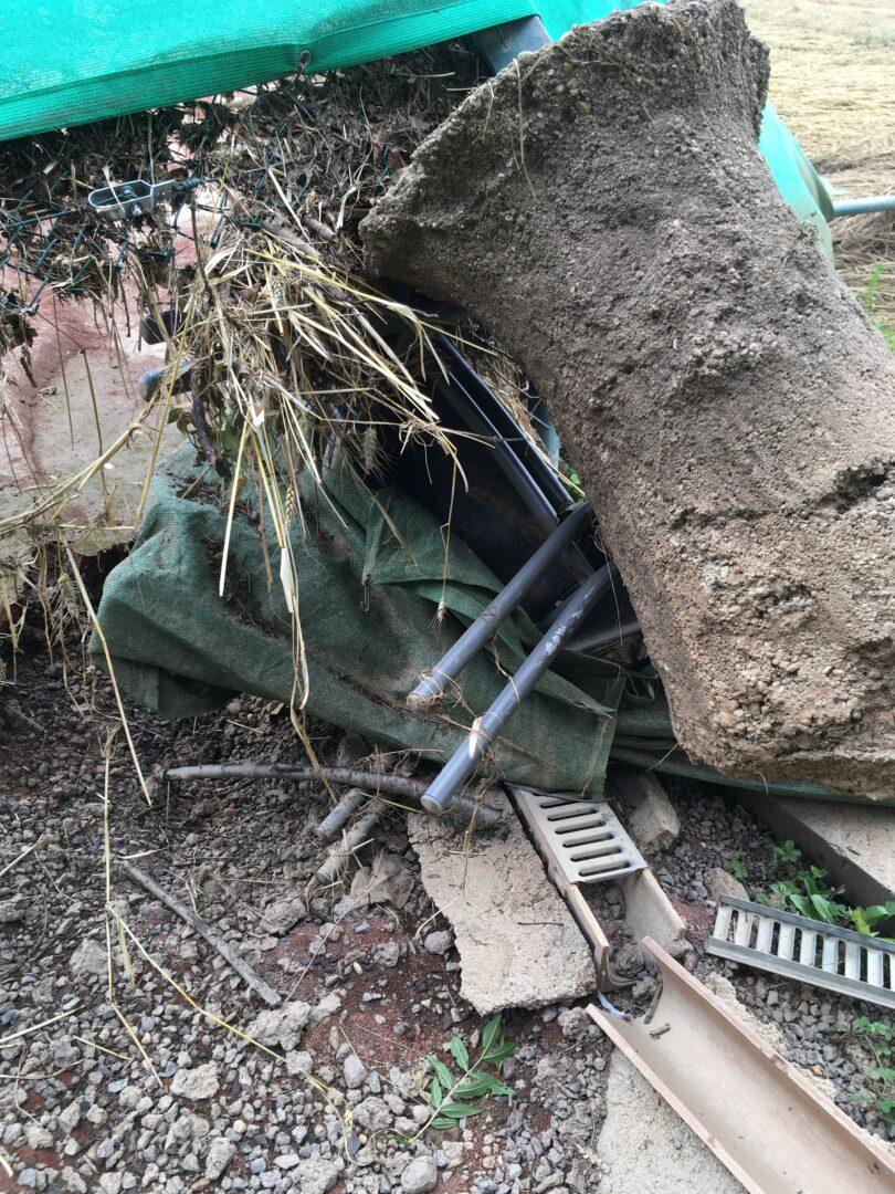 Zaunpfosten wurden mit Fundament aus dem Boden herausgerissen.