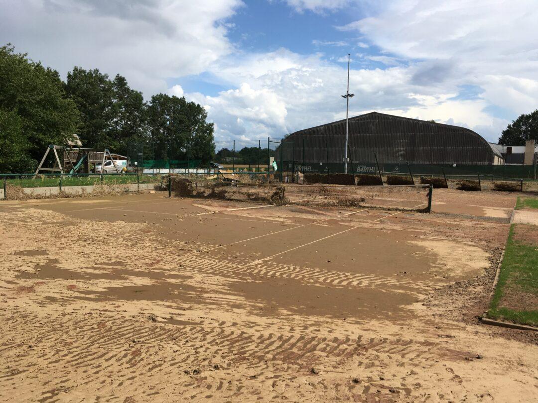 Platz 4 ist komplett mit Sand überspült.