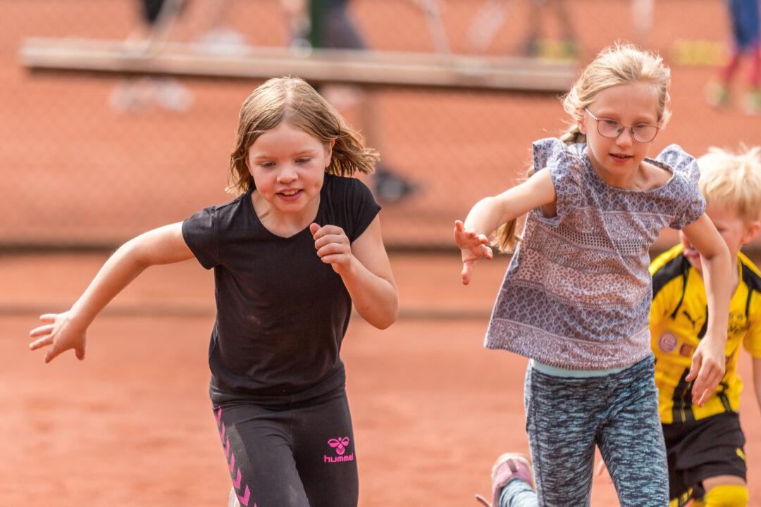 Zwei Mädchen rennen um die Wette.