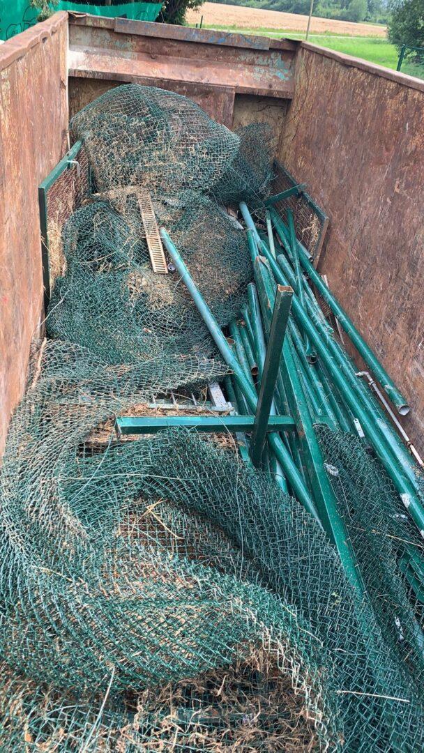 Die alten Zäune werden in einem Container entsorgt.
